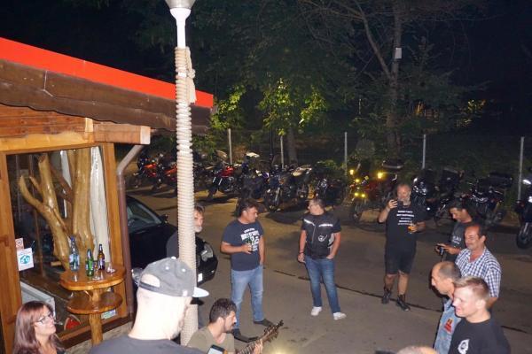 oameni in curte seara_Fotor