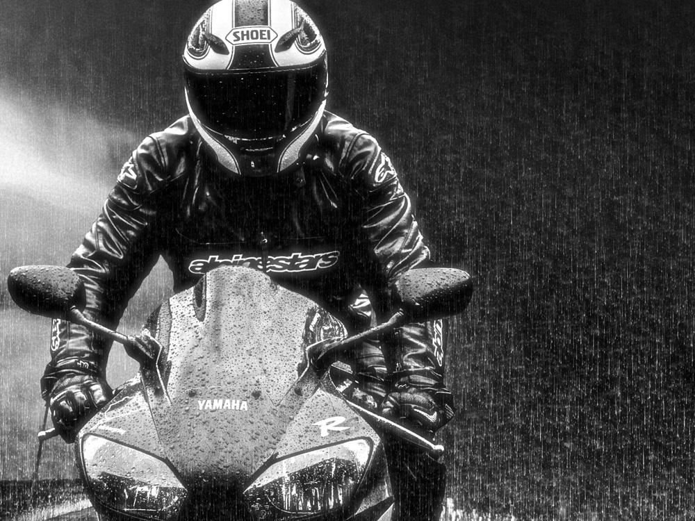 motocicleta pe ploaie