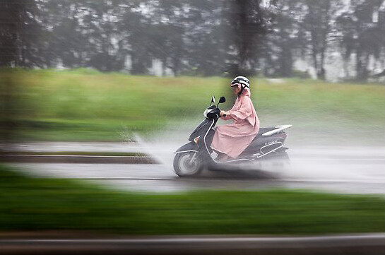 femeia pe scuter in ploaie